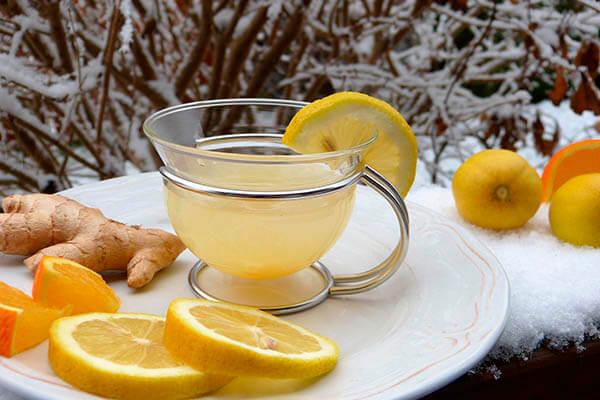 Taza con jengibre, té y limón